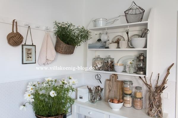 Mit Blumen dekorierte Küchenecke im rustikalen, schlichten Stil