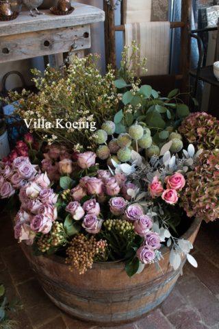 Der Speicher - halbes Weinfass voller Blumen für den Blumenverkauf